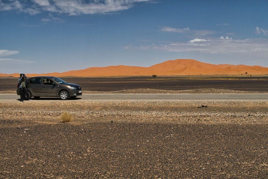 Fahrt nach Merzouga mit den großen Dünen im Hintergrund