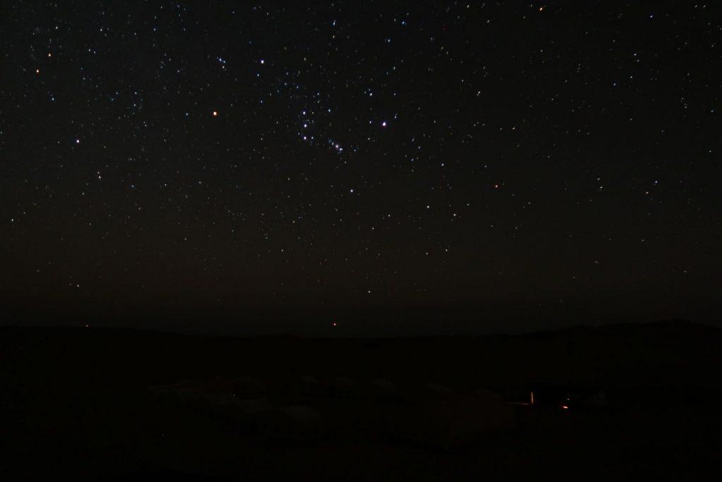 Nach dem Monduntergang war es richtig duster. Hier der Orion über den Zelten des Wüstencamps