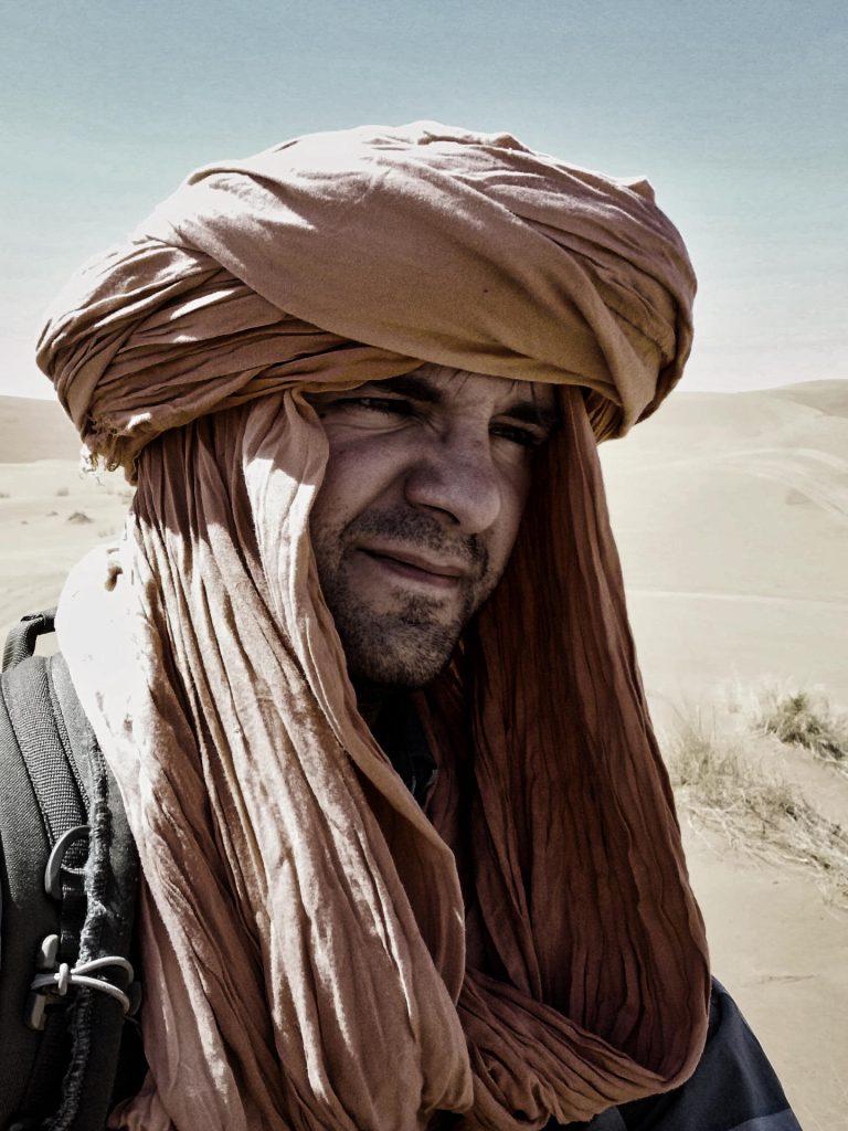 Pierre mit einem geliehenen Bergerschal von unserem Guide Said - professionell aus Berberhand gewickelt!