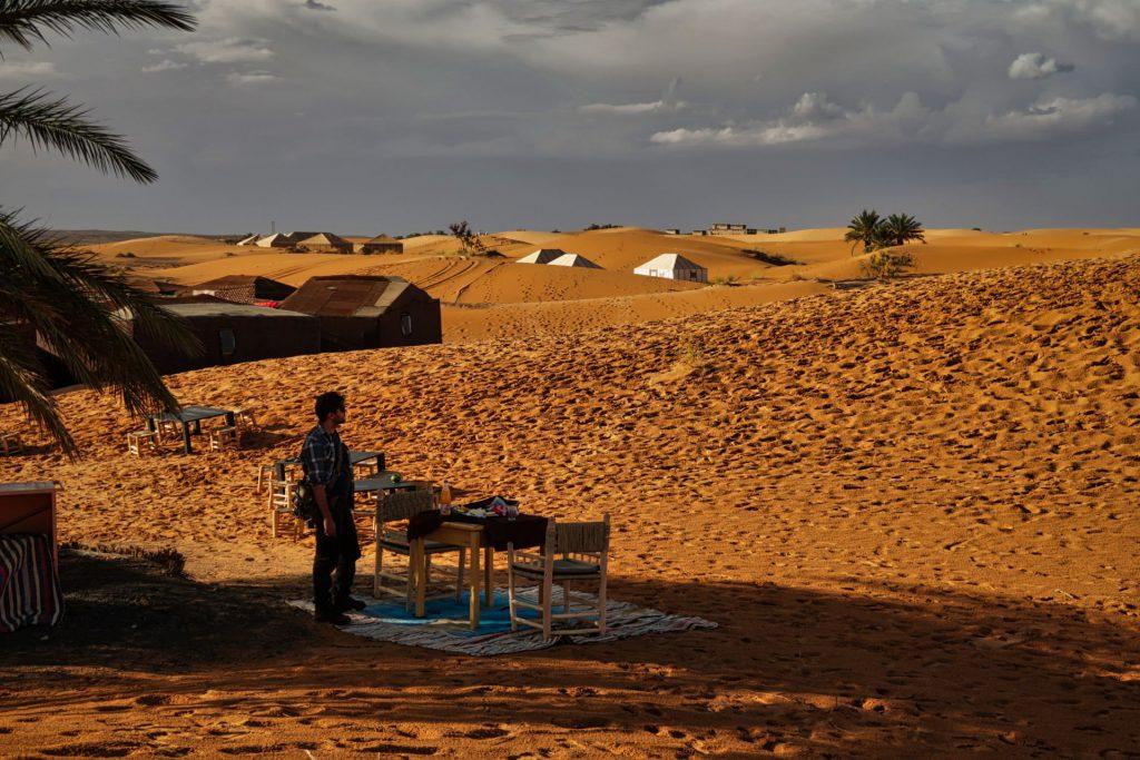 Pierre am Wüstencamp mit dunklen Wolken im Hintergrund