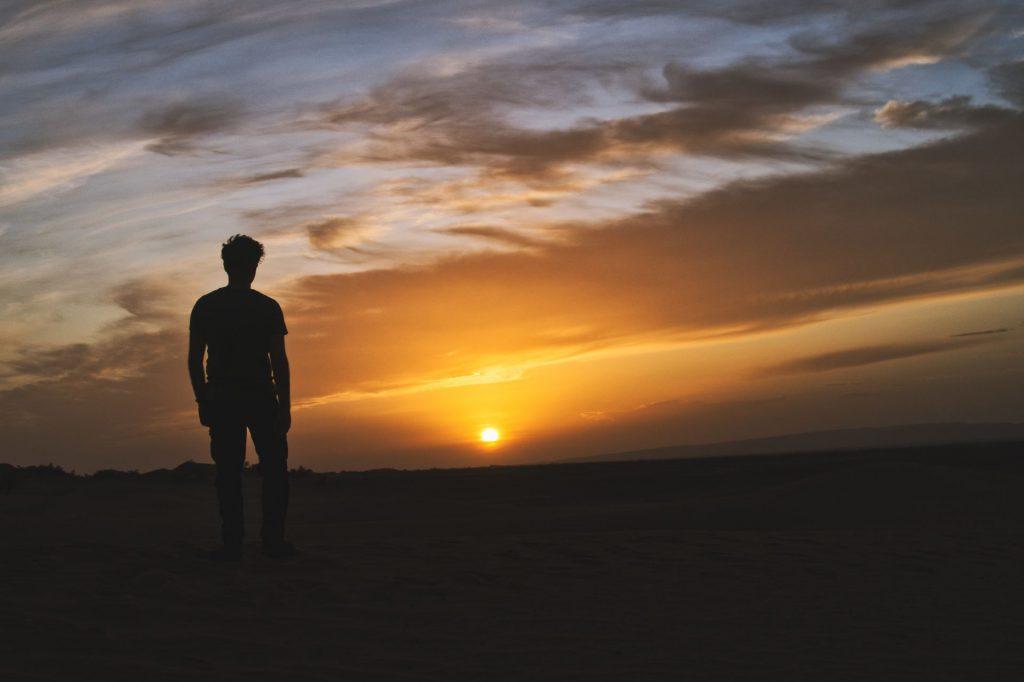 Pierre Skywalker schaut sich den Sonnenuntergang an